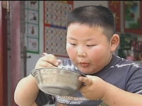 World's strongest seven-year-old carries 90kg man in China